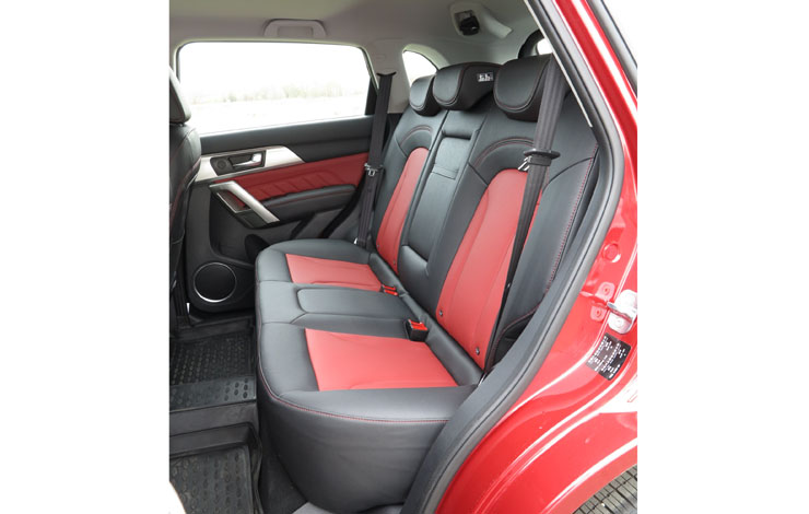На задних сиденьях также комфортно, как и на передних
