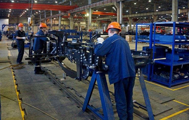 Процесс производства грузовика начинается с изготовления его рамы