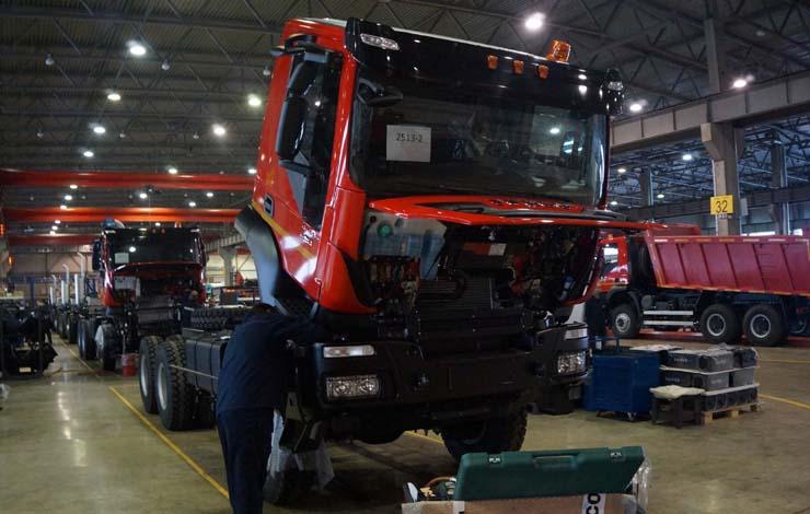 В автосборочном комплексе идет окончательная сборка грузовиков